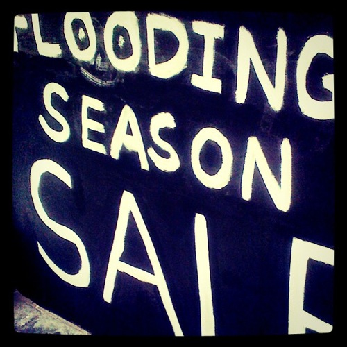 2011 11 03 thailand flooding sign