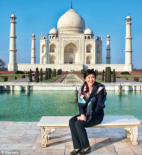2012 01 26 yingluck india fashion